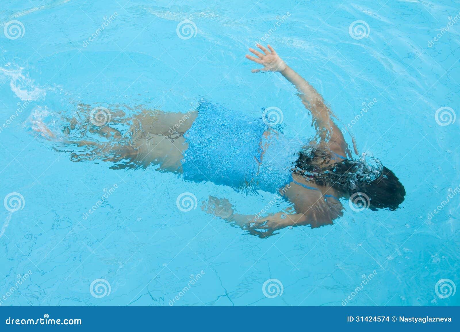 la fille nage sous l 39 eau photo stock image du fille 31424574. Black Bedroom Furniture Sets. Home Design Ideas