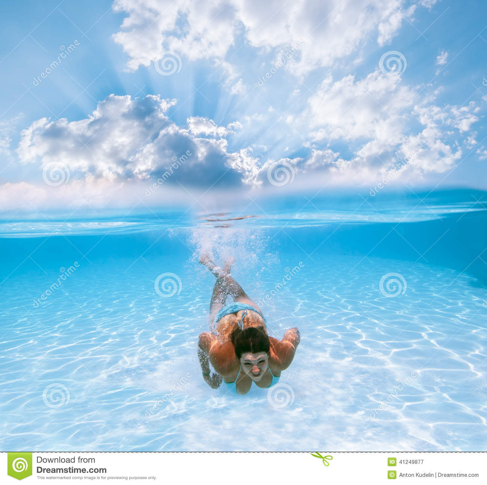 La fille nage sous l 39 eau dans la piscine photo stock for Apprendre a plonger dans la piscine