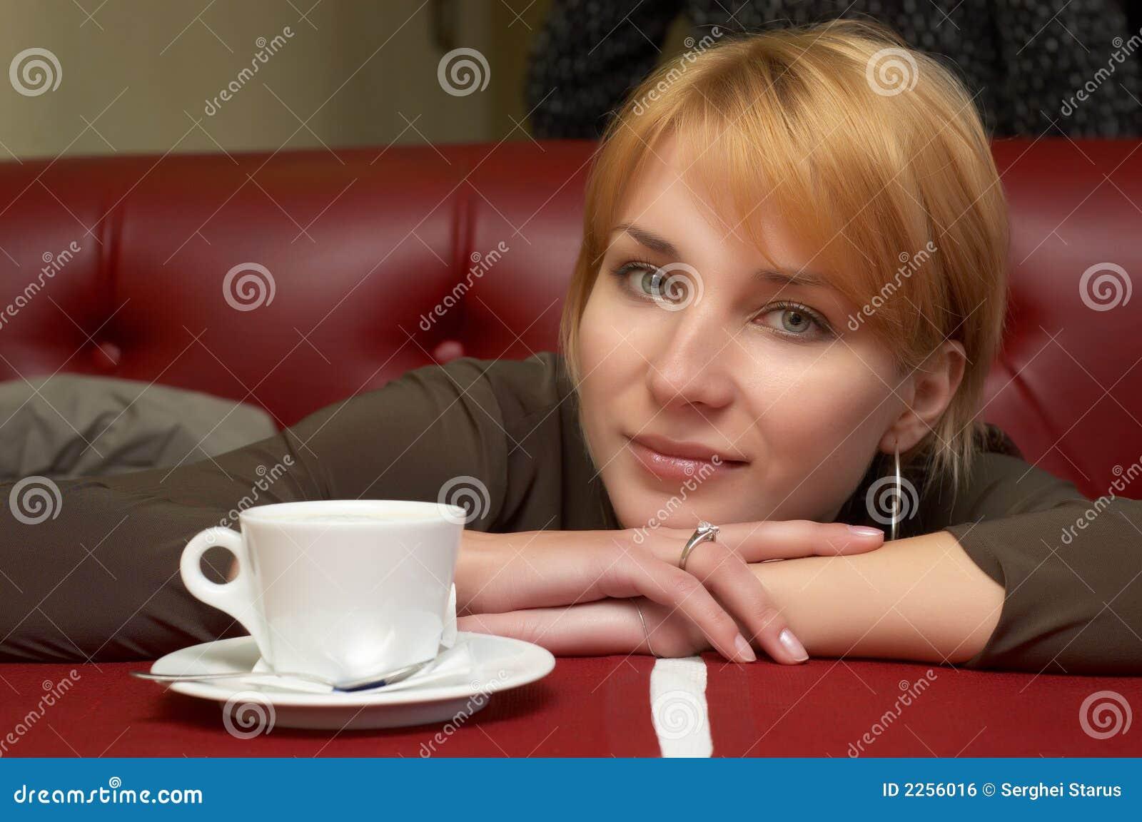 La fille ont une rupture avec du café