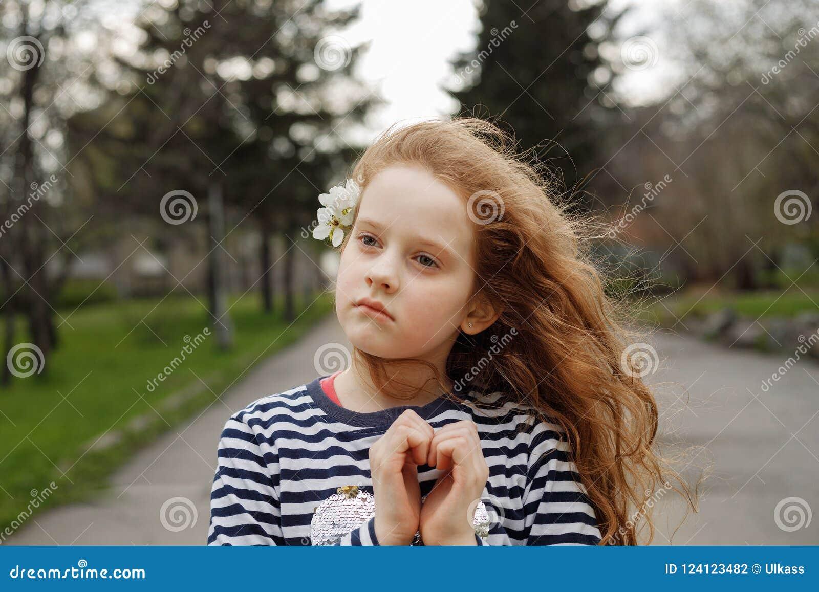 La fille a plié ses mains un en forme de coeur