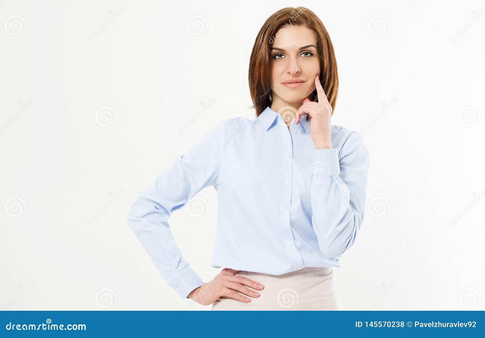 La fille réussie moderne tient la main sur la ceinture et le menton de contacts - jeune directeur sûr sur le fond blanc