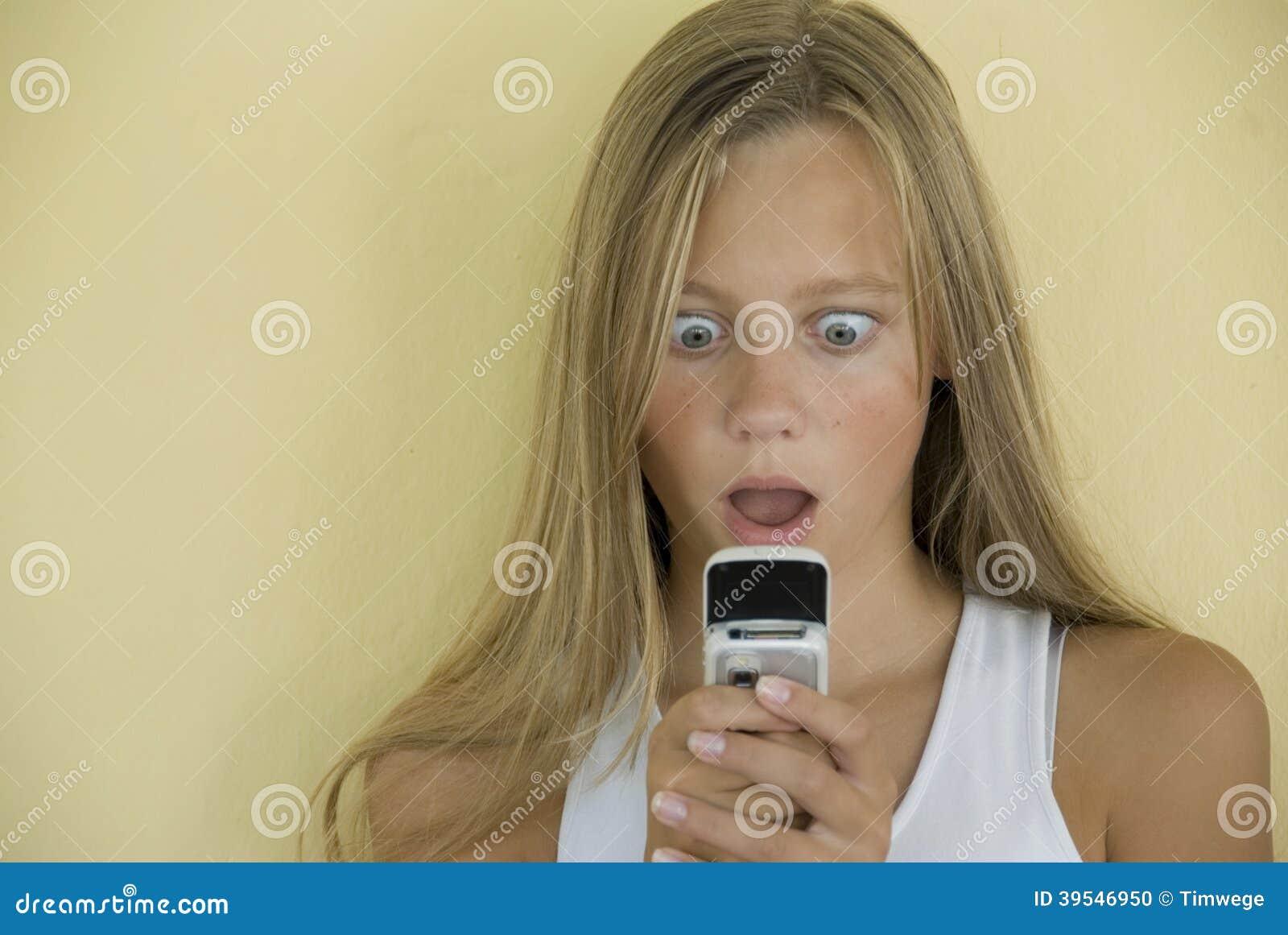 La fille reçoit le message étonnant de téléphone portable