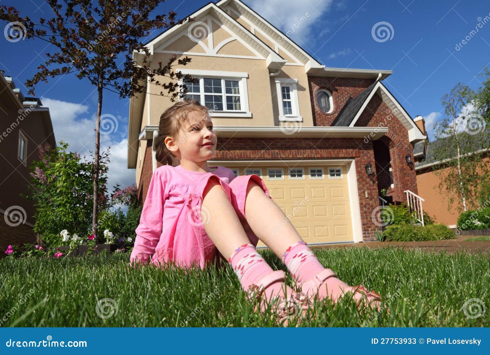La fille s assied sur l herbe et examine la distance