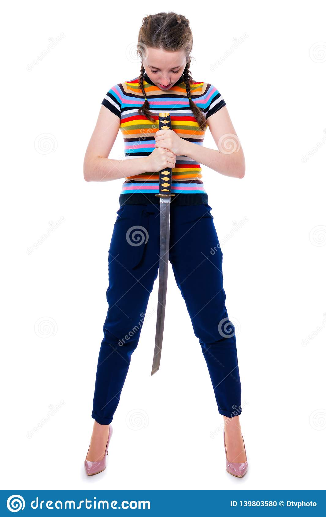 La fille samouraï tenant un katana dans des ses mains a cintré sa tête par le respect Isolement sur un blanc