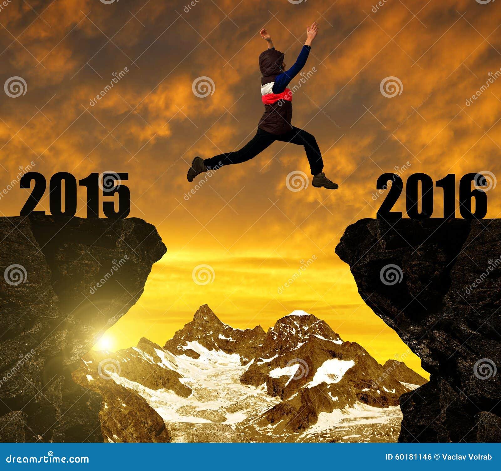 La fille saute à la nouvelle année 2016
