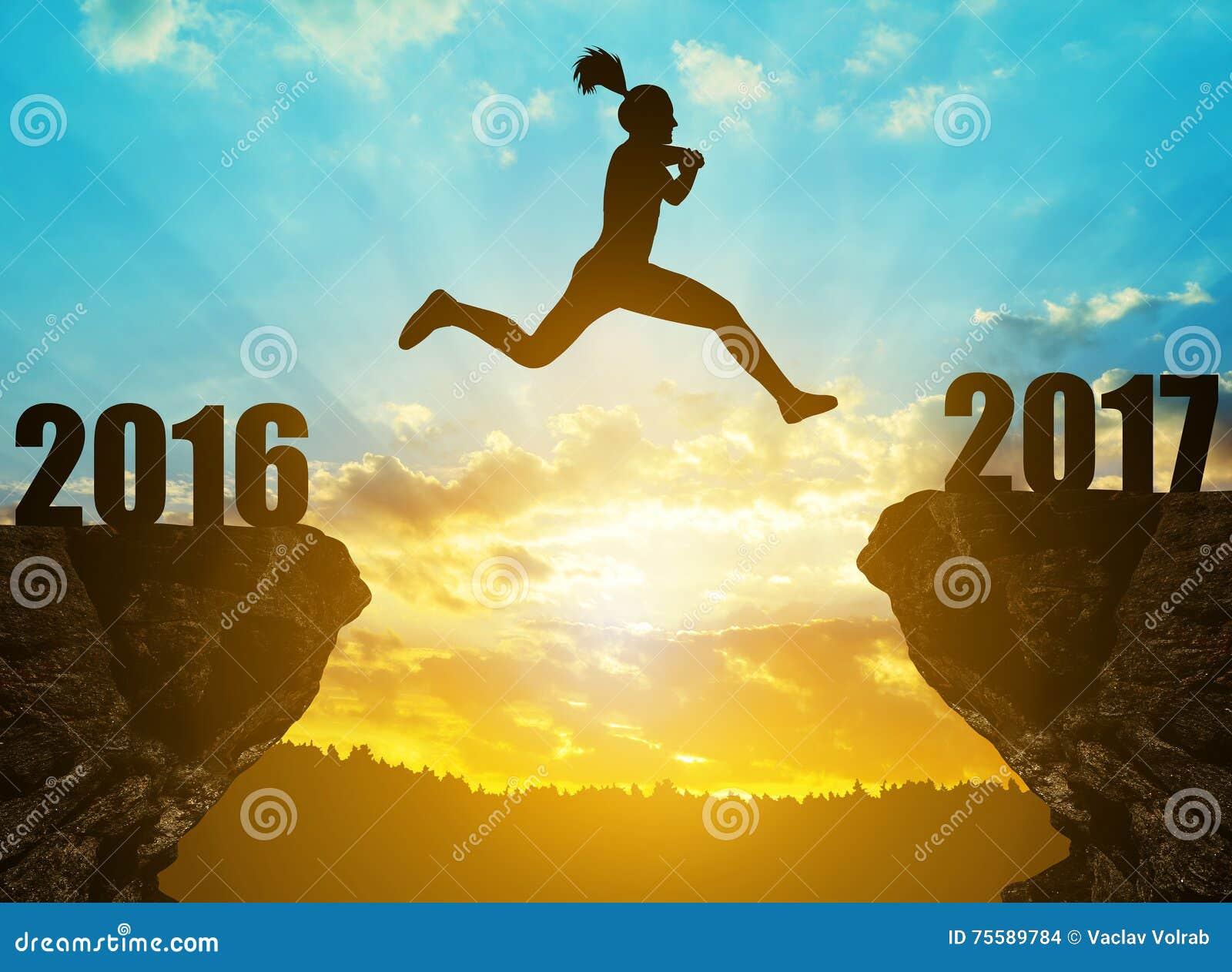 La fille saute à la nouvelle année 2017