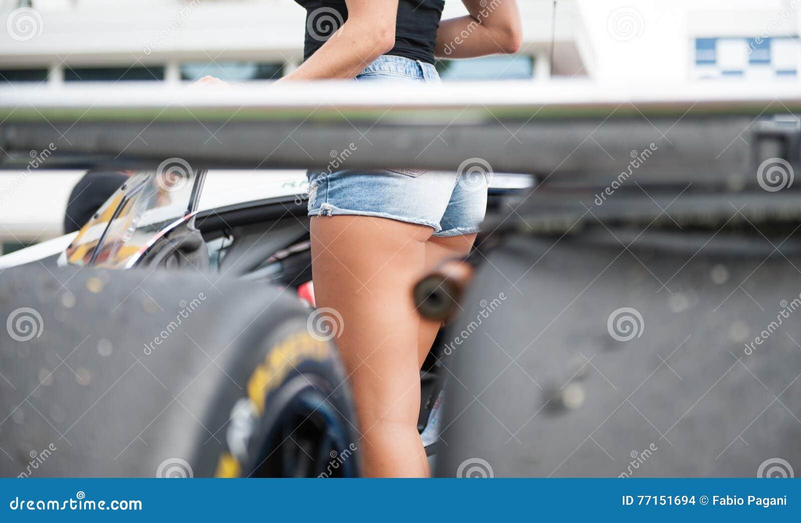 La fille sexy de grille dans des jeans courts soutiennent