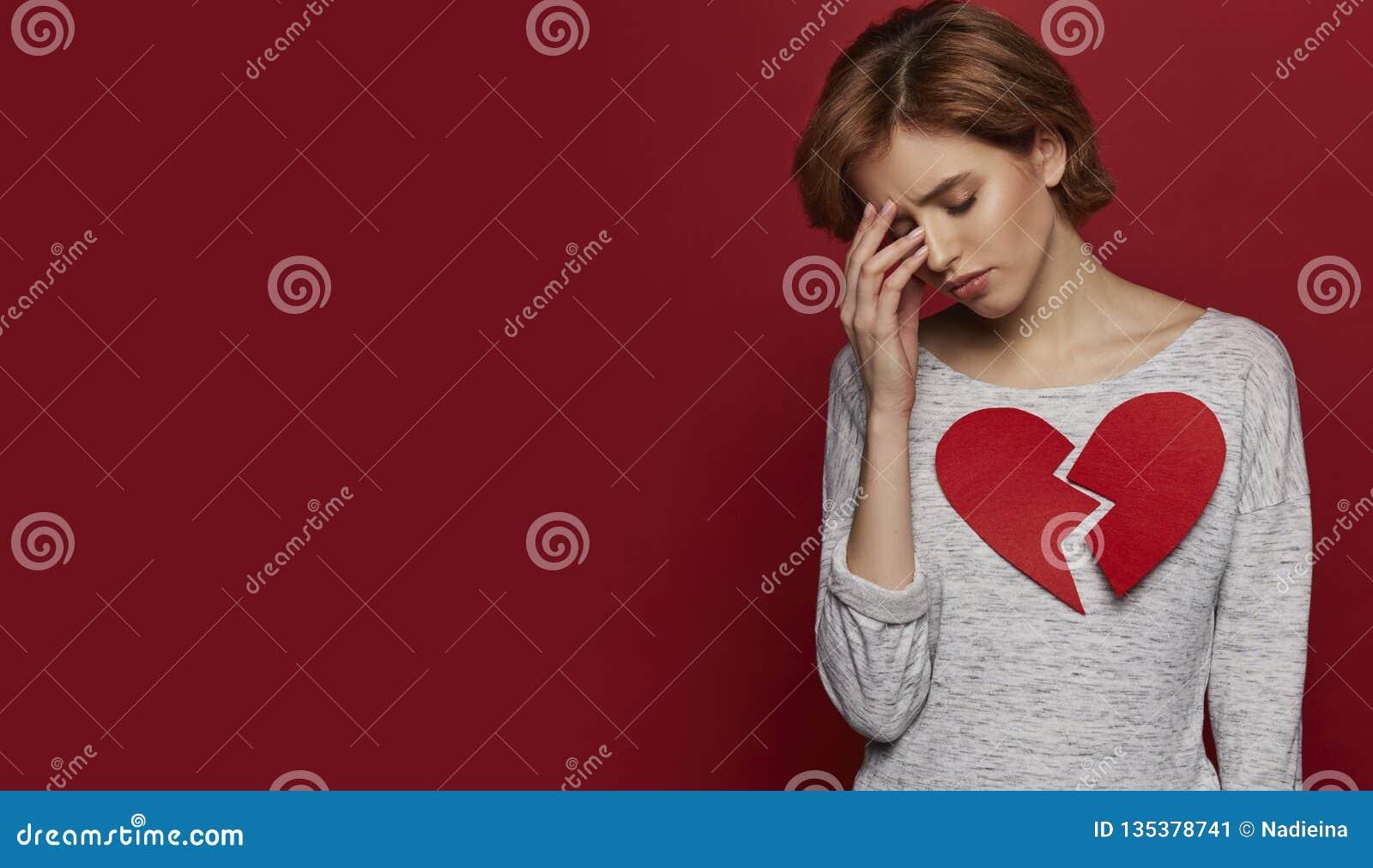 La Fille Simple Triste Avec Le Grand Coeur Brisé A Eu Vers