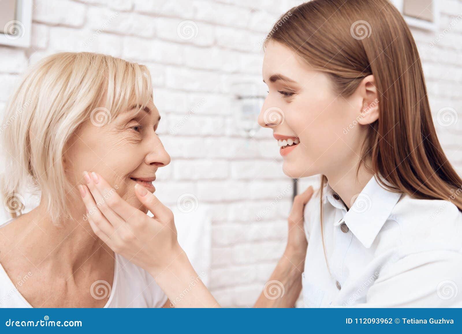 La fille soigne la femme agée à la maison Ils semblent heureux