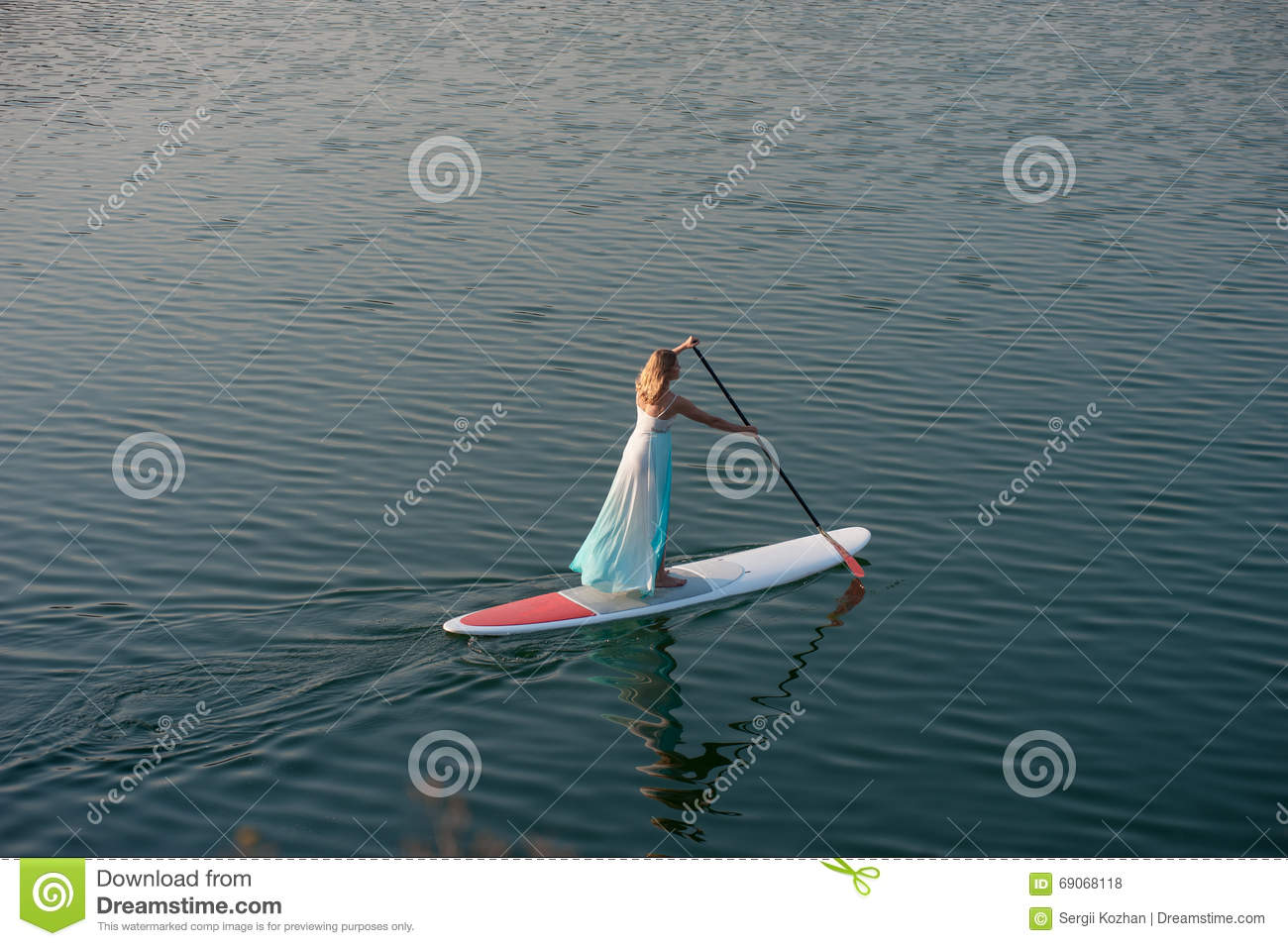 La fille sportive tiennent paddleboard01