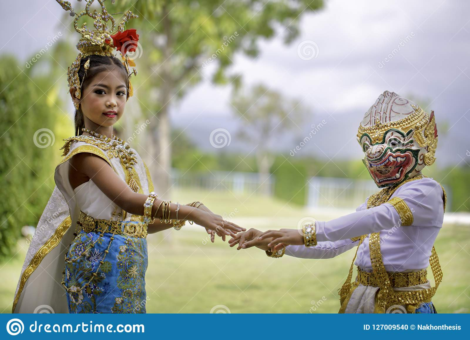 La fille thaïlandaise s est habillée dans la robe de khon