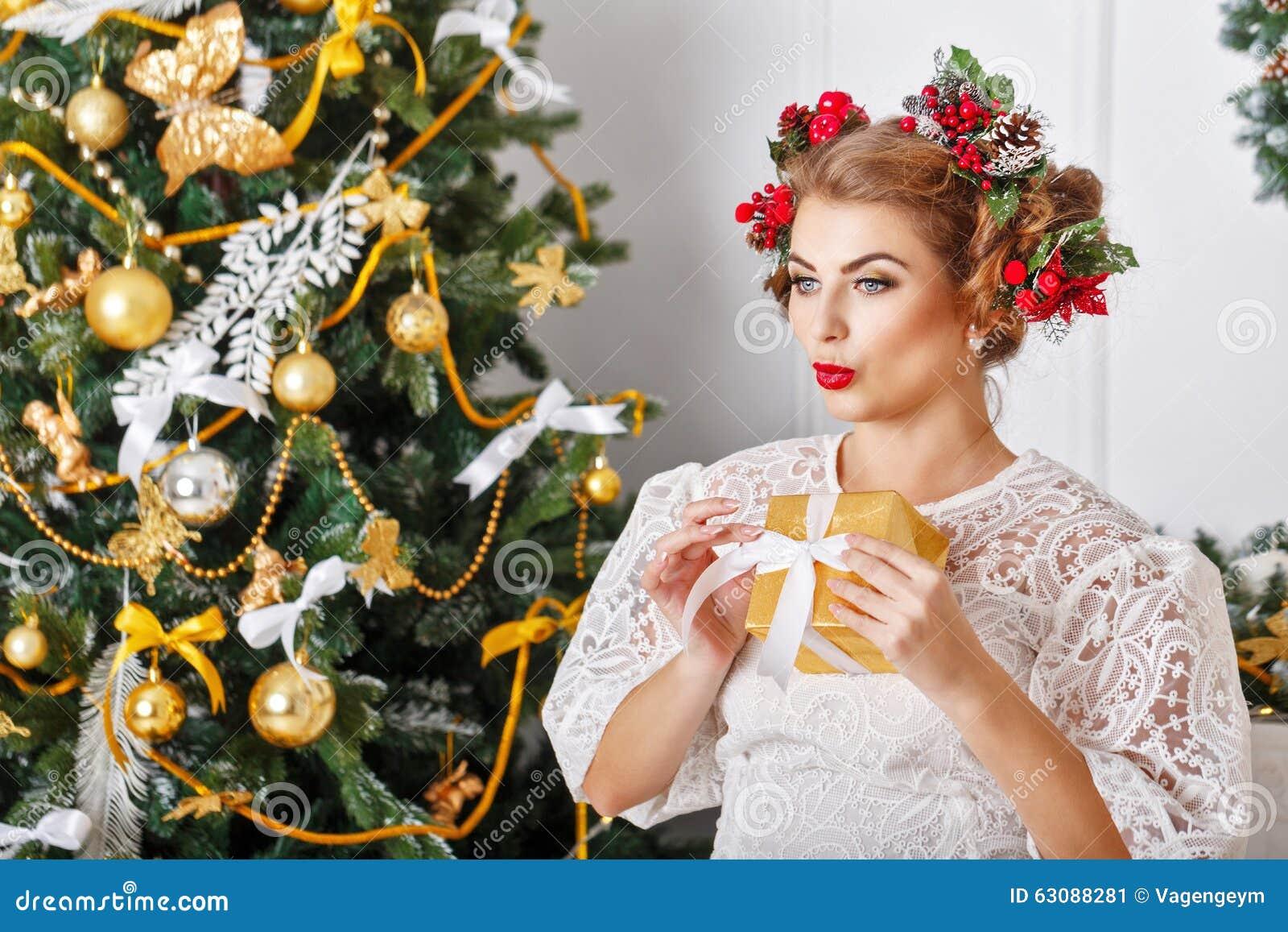 Download La Fille Tient Un Cadeau De Noël Image stock - Image du mignon, noel: 63088281