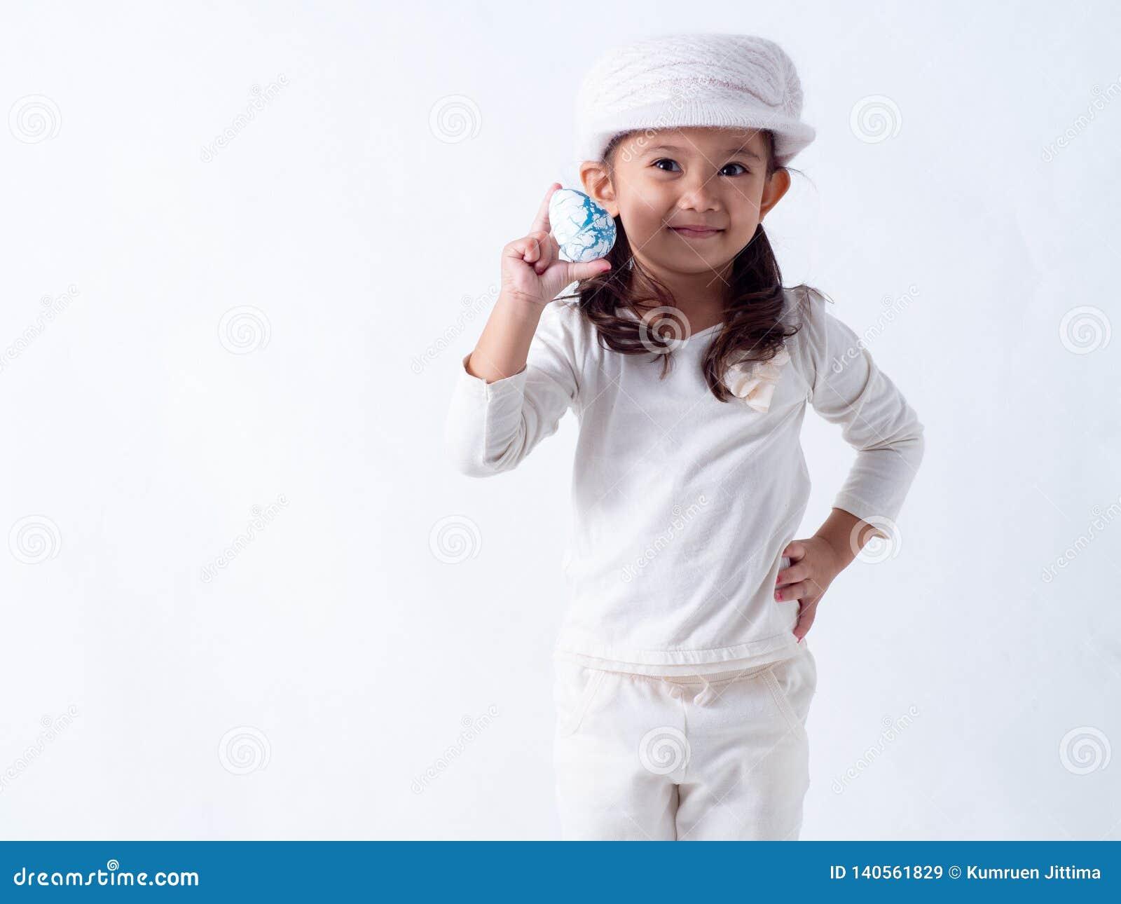 La fille tient un oeuf de pâques