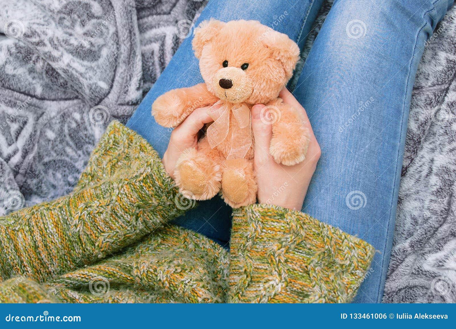 La fille tient un ours de nounours