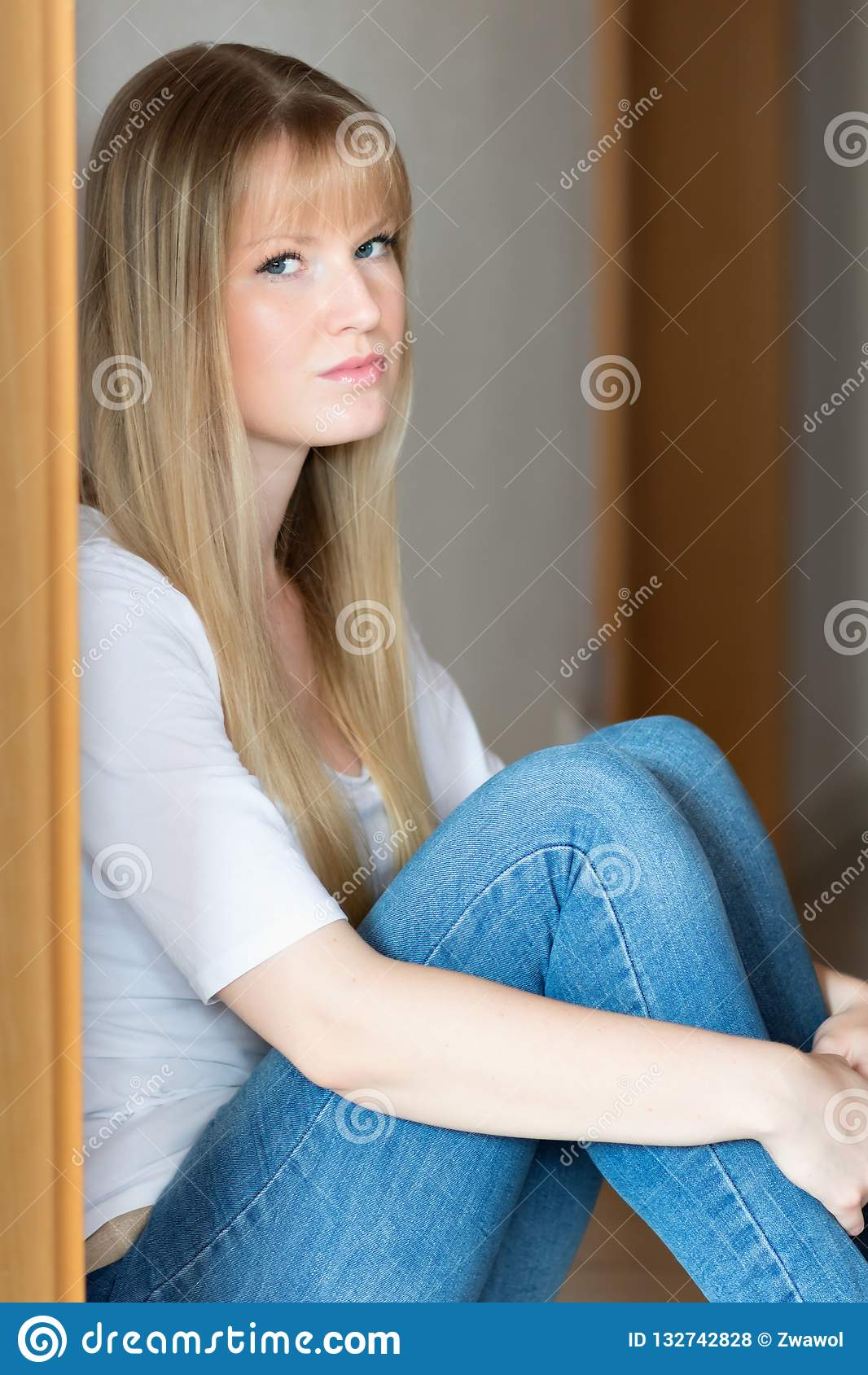La fille triste s assied sur l étage