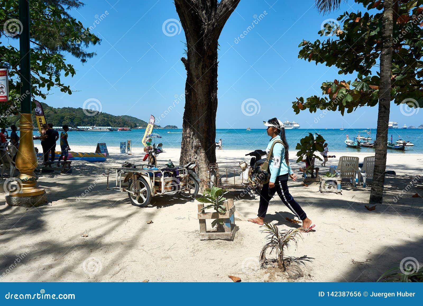 La fille vend des lunettes de soleil en plage de Patong ciel ensoleillé à l été, attractions célèbres en île de Phuket de la Thaï