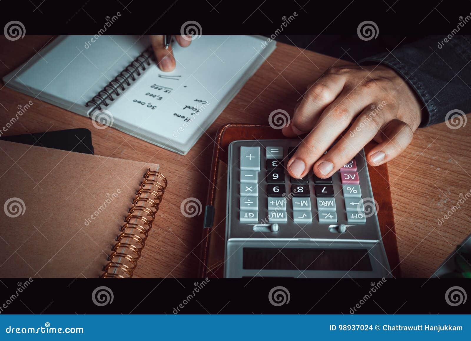 La fin vers le haut de l homme asiatique de main calculent des finances et la comptabilité