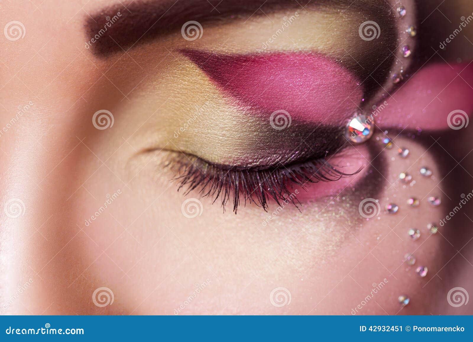 La fin vers le haut de la photo de l oeil fermé femelle avec la fleur  composent
