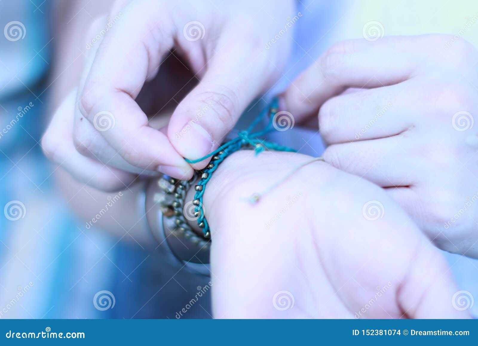 La fin vers le haut des couples de marié de main a mis donner le bracelet sur la jeune mariée