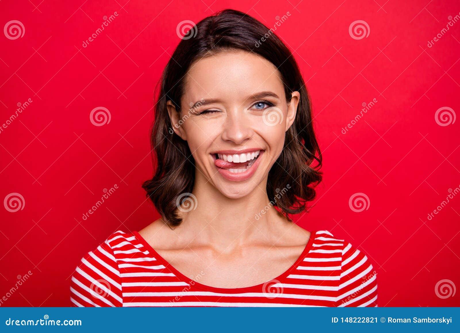 La fin vers le haut jeunesse millénaire mignonne gentille de photo de la jolie font des visages ont des vacances de week-end de t
