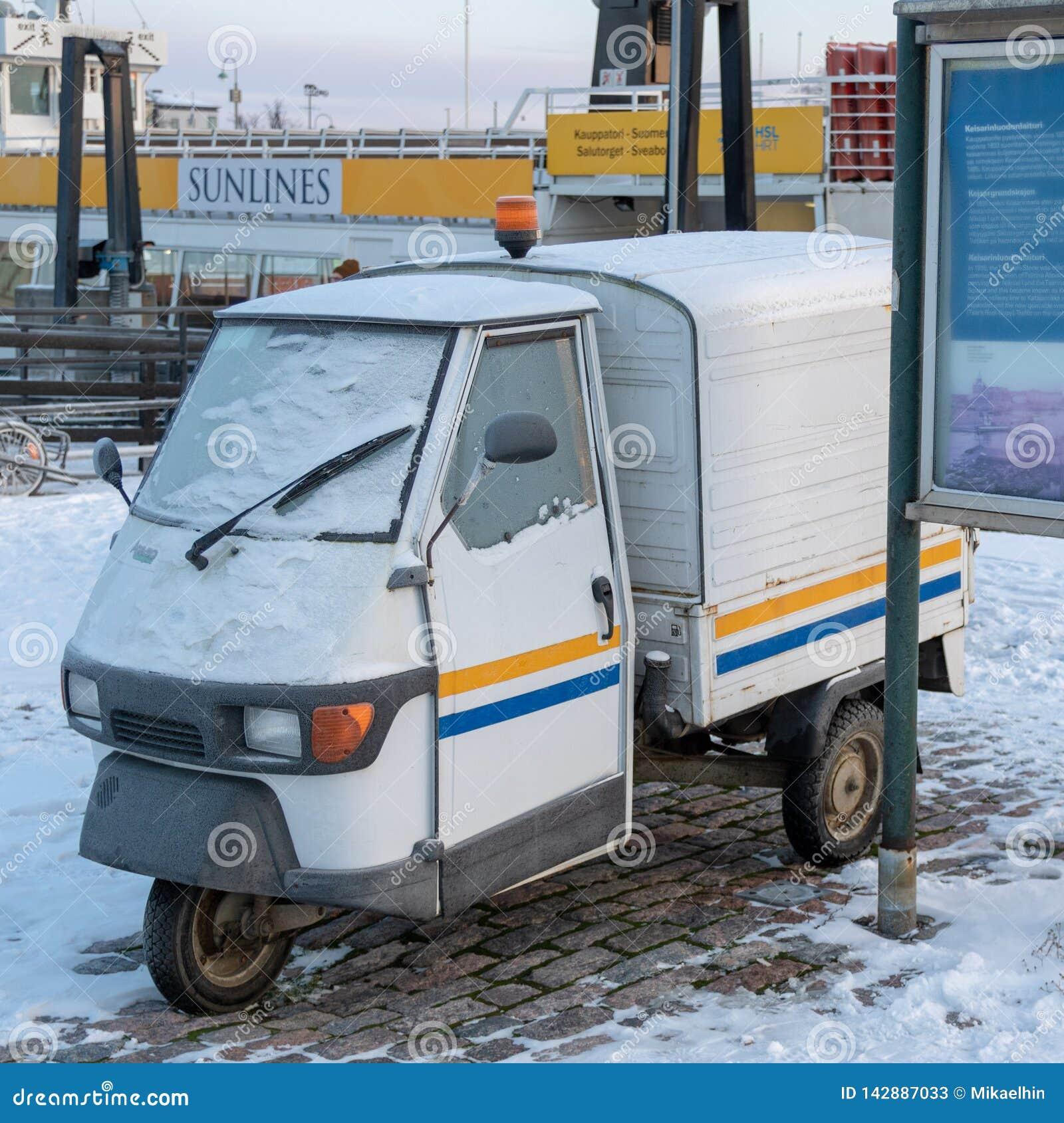 LA FINLANDE, HELSINKI - JANVIER 2015 : véhicule traditionnel de cru avec trois weels, garés à côté du port pendant l hiver