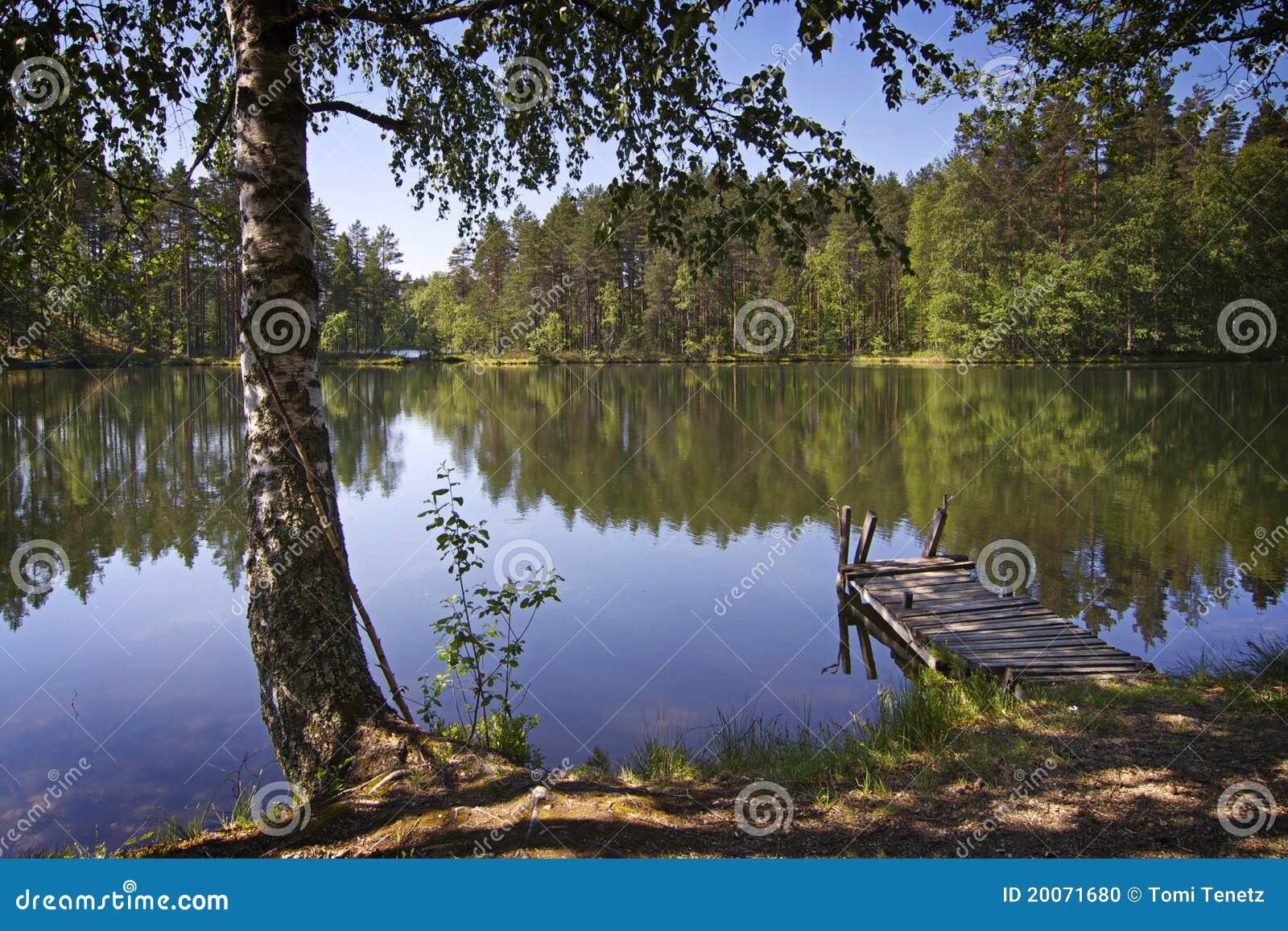 La Finlande : Jour d été par un lac