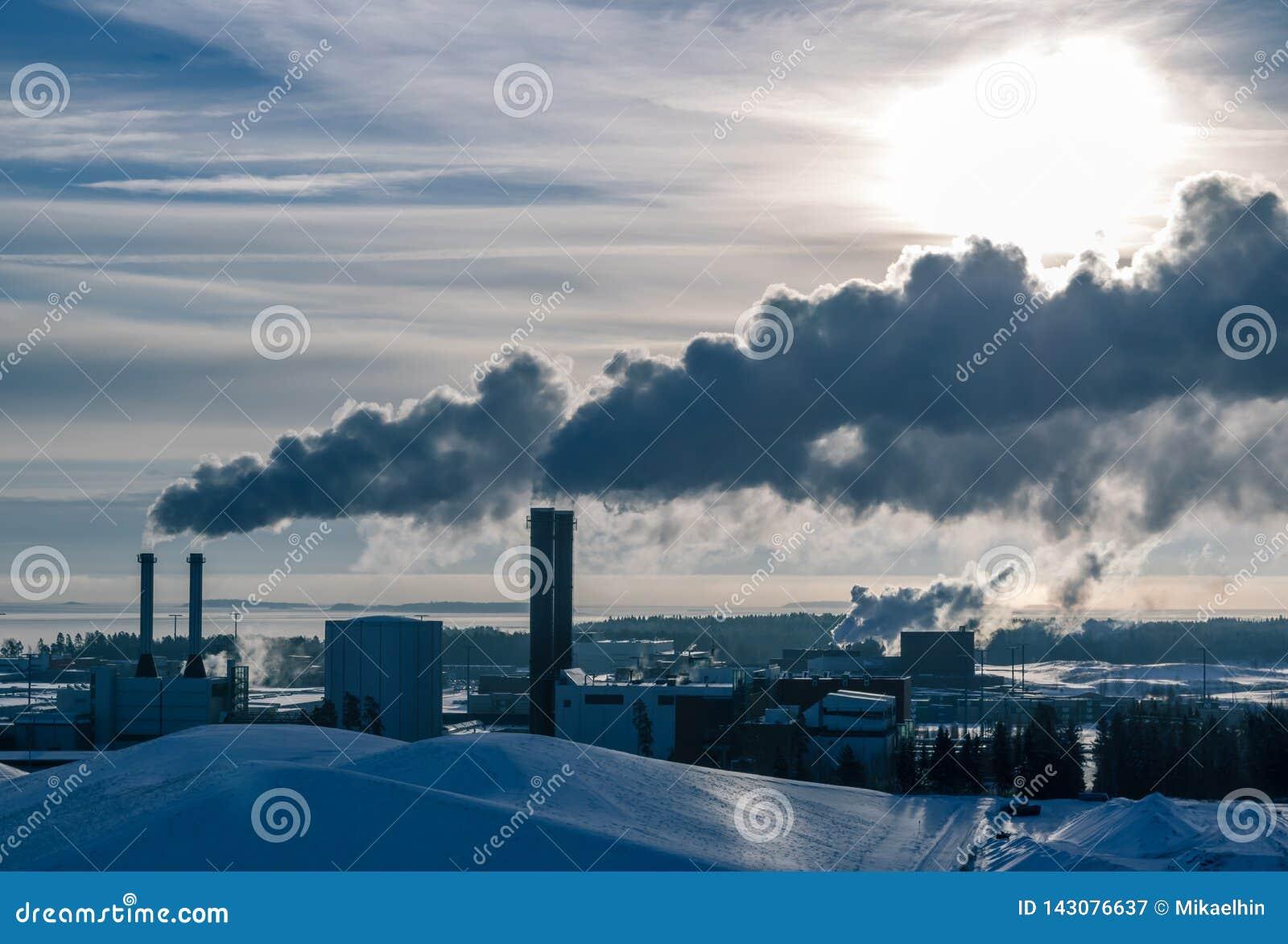 LA FINLANDIA, HELSINKI - 20 GENNAIO 2015: L industria al porto di Vuosaari, fumo che esce i camini è l inverno