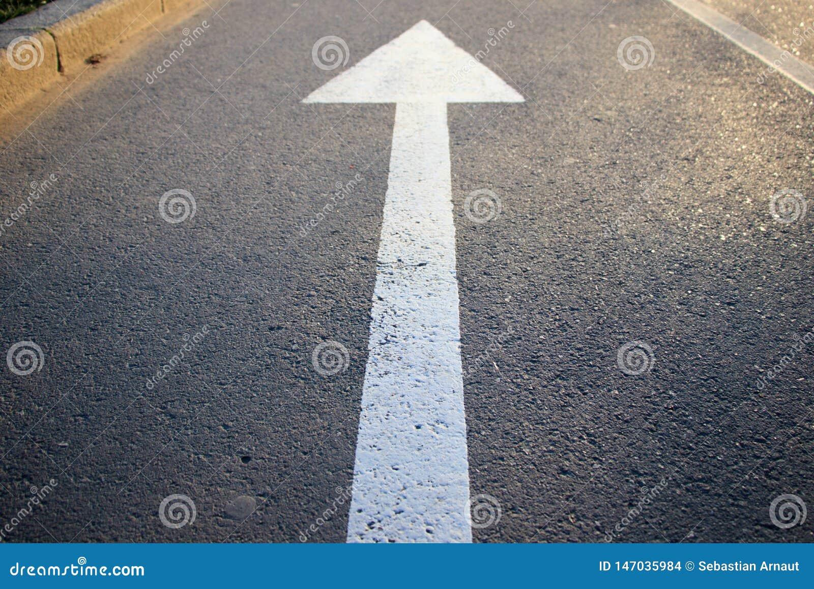 La flecha blanca que indica la dirección