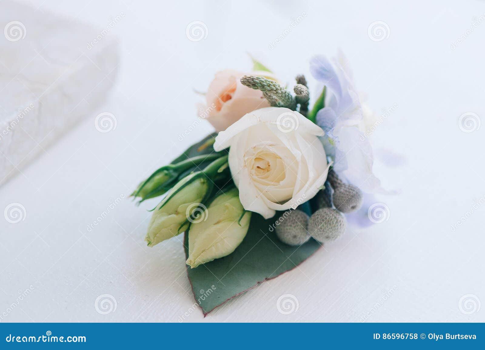 La fleur rose et bleue d offre a mis dans un boutonniere
