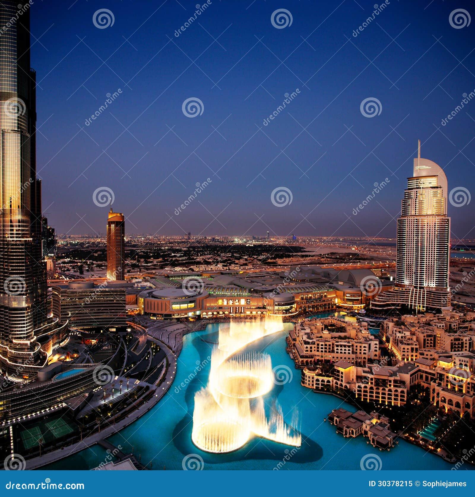 La fontaine spectaculaire de danse de Dubaï au crépuscule