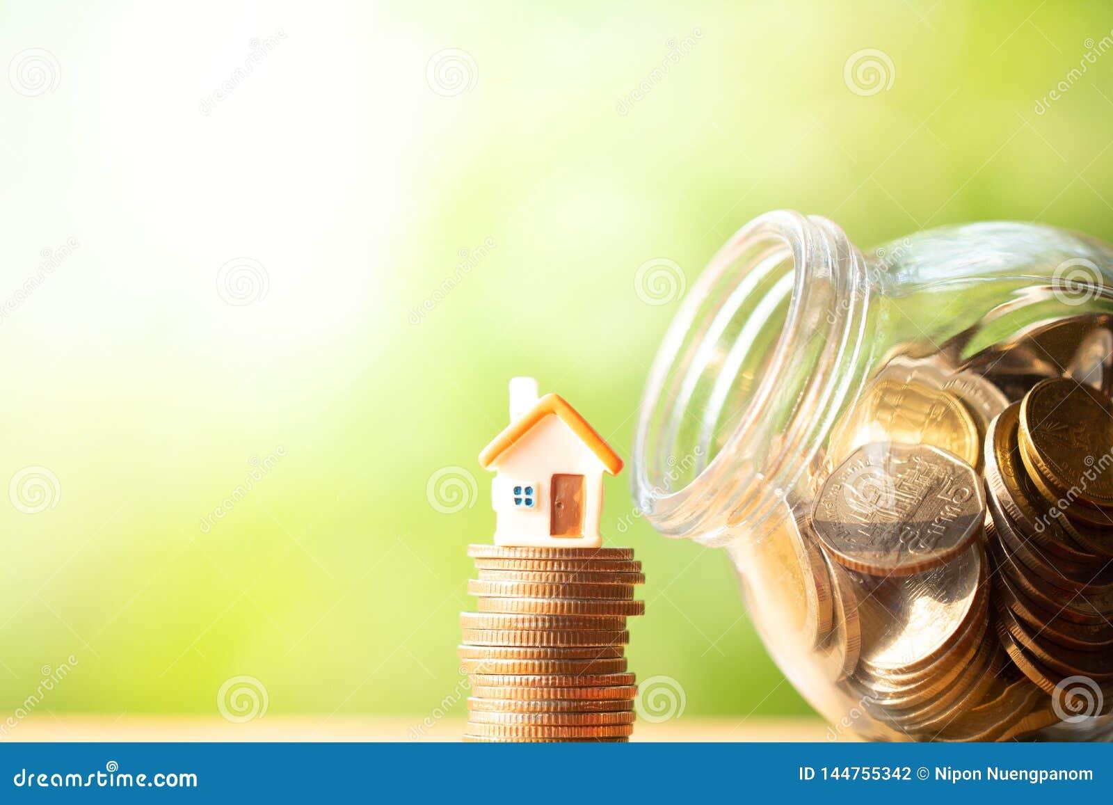 La forma arancio della casa dipende la pila ed il mucchio di monete