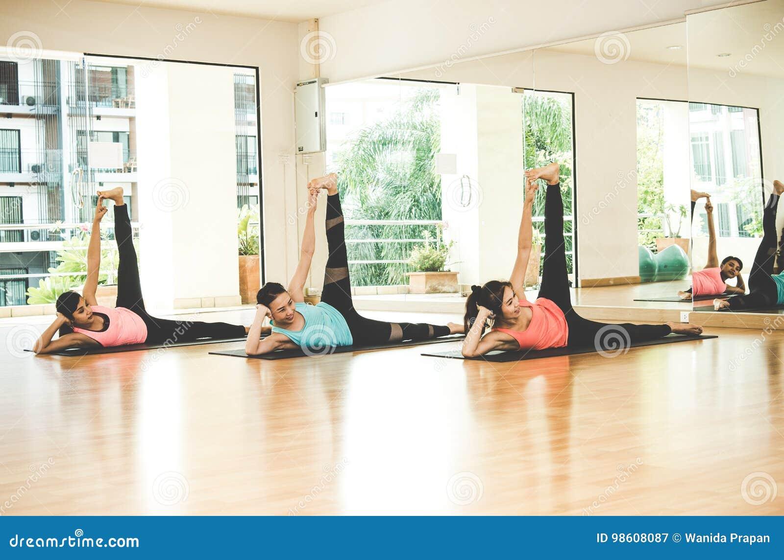 La forma de vida de la gente de Asia que practica y que ejercita vital medita yoga en sitio de clase