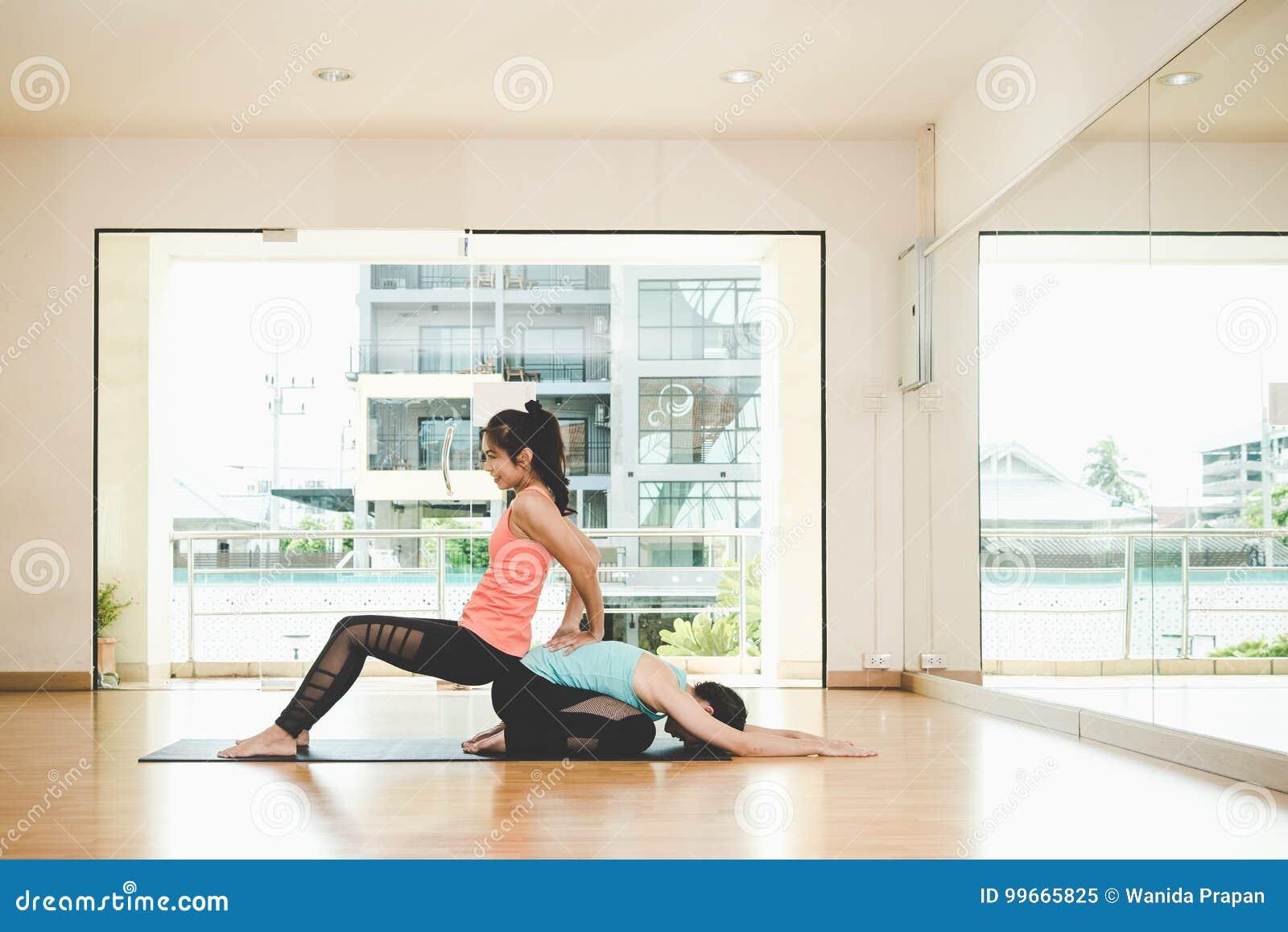 La forma de vida de las mujeres de la gente de Asia que practica y que ejercita vital medita yoga en sitio de clase