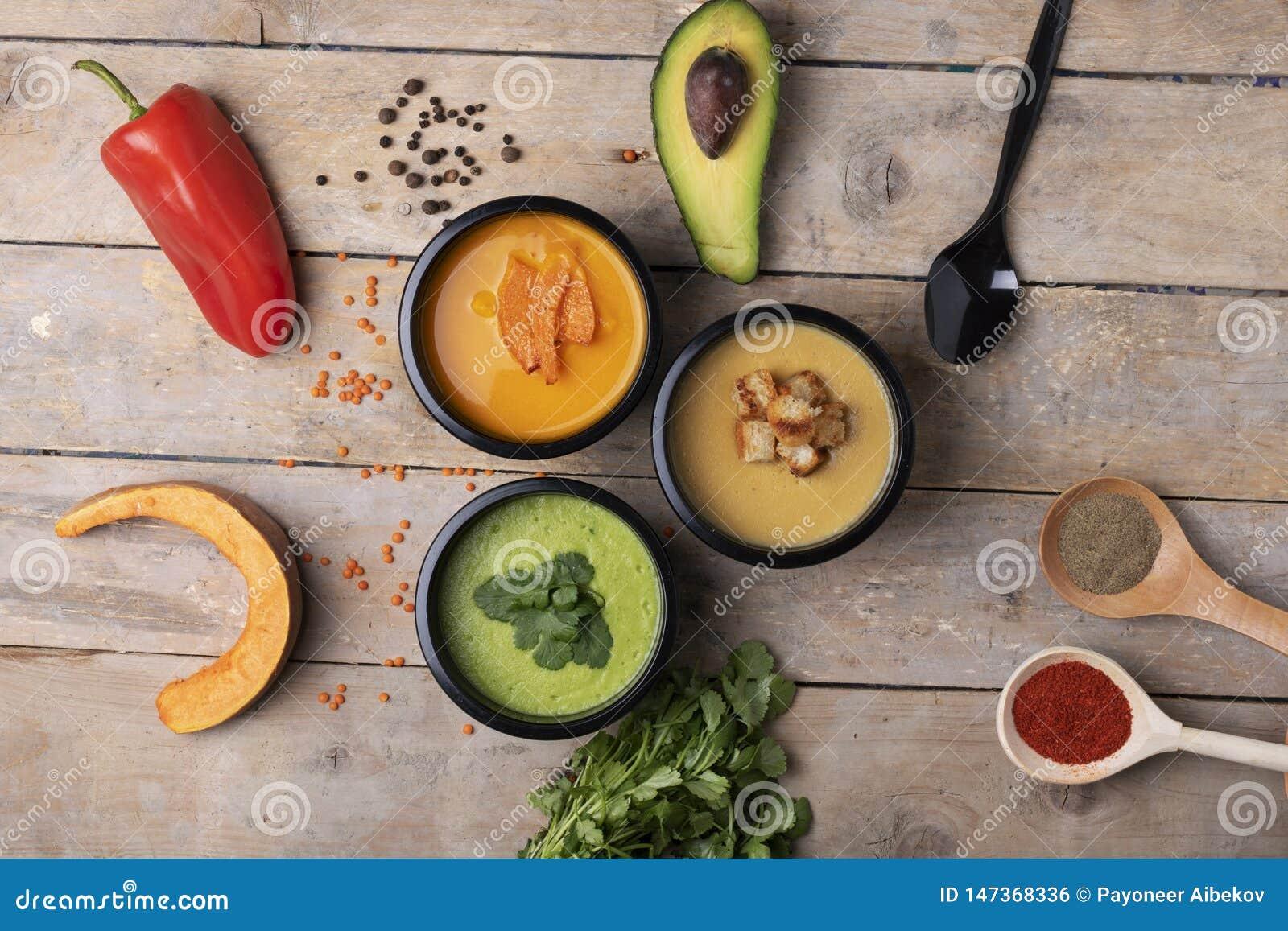 La forma de vida sana, nutrición apropiada para pierde el peso y las especias en las cucharas, visión superior
