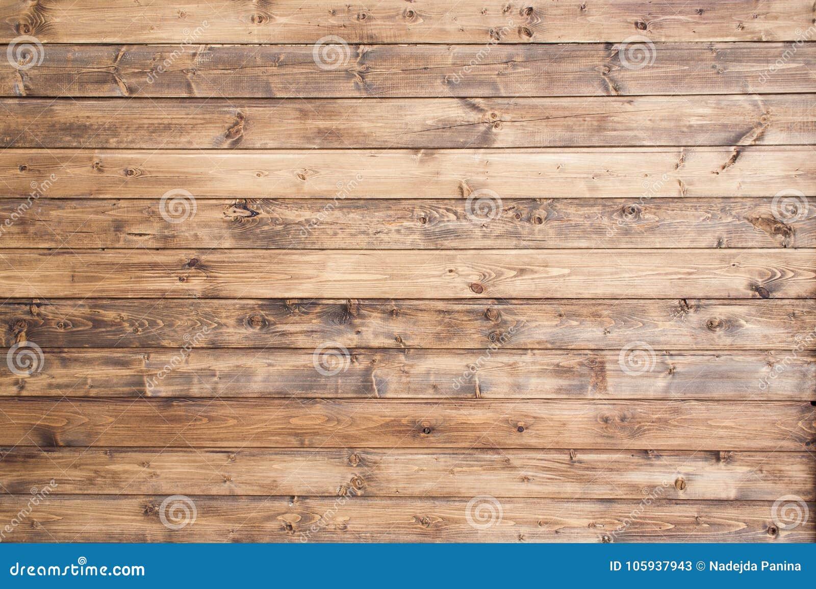 La forma oval redonda oscura, fondo de madera del panel, color marrón natural, apila horizontal para mostrar textura del grano co