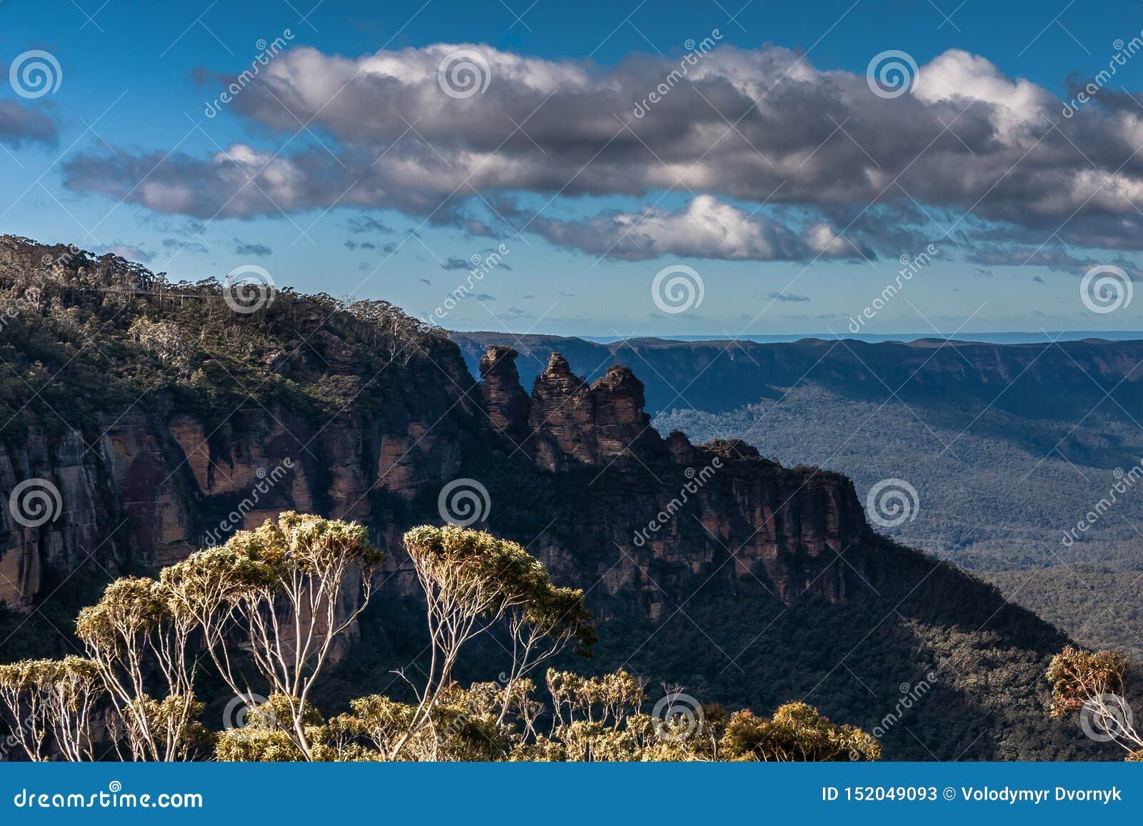 La formación de roca de tres hermanas en el parque nacional de las montañas azules, NSW, Australia