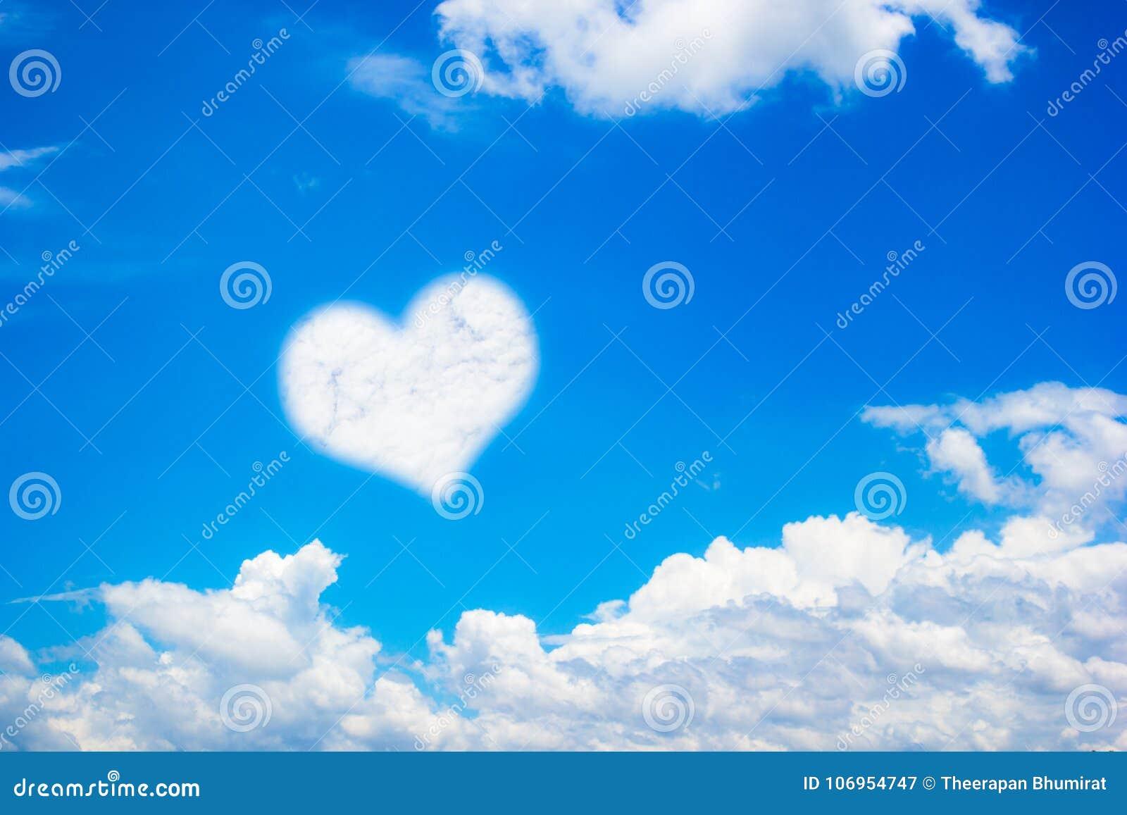 La Forme De Coeur Opacifie Sur Le Fond De Ciel Bleu Avec L Espace De