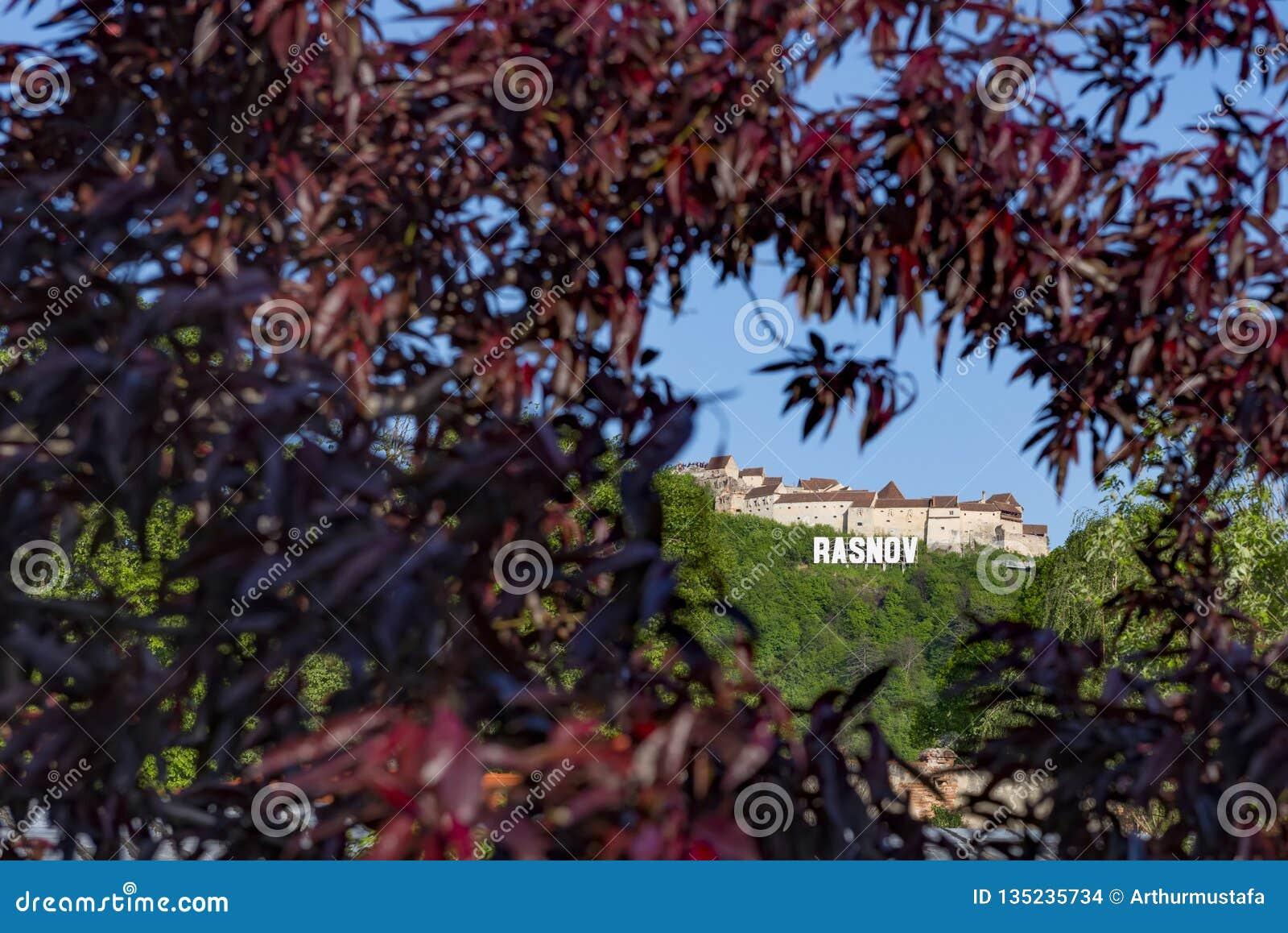 La fortaleza de Rasnov del condado de Brasov, Rumania, se sienta en la colina más alta que domina el pueblo medieval de Rasnov, v
