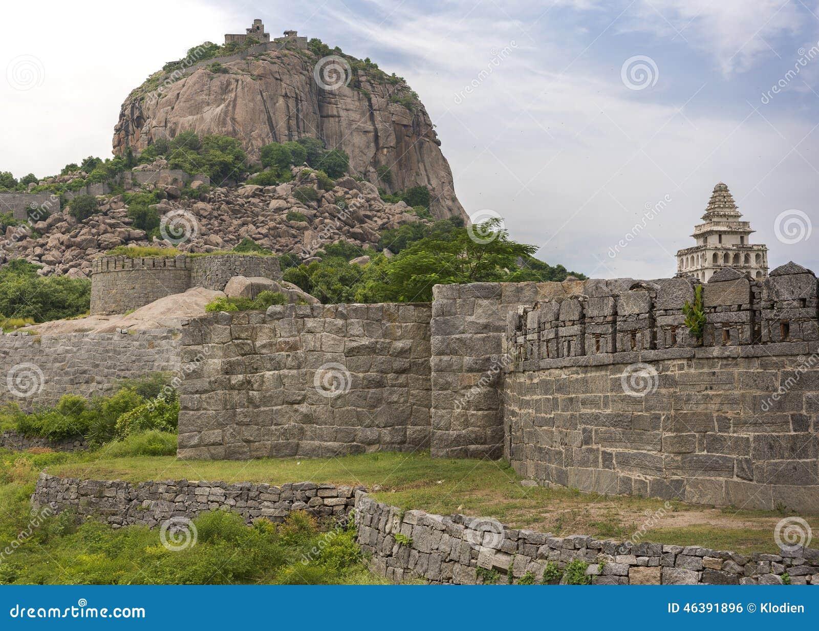 La fortificazione di Gingee domina la collina con i bastioni