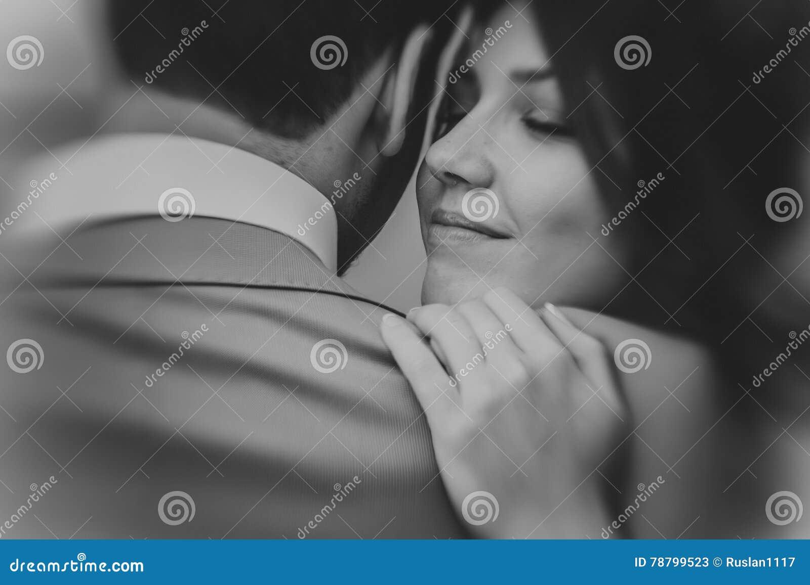 La Foto In Bianco E Nero Di Giovani Abbracci Felici Della