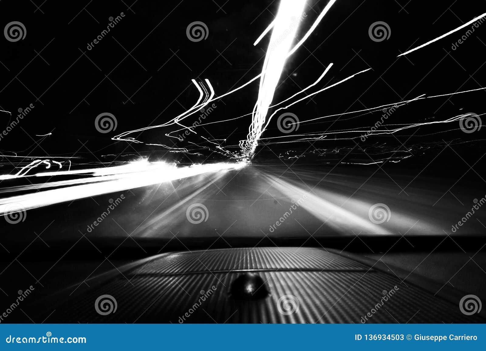 La foto blanco y negro admitida un coche, aumentando la velocidad de obturador se da el efecto del movimiento