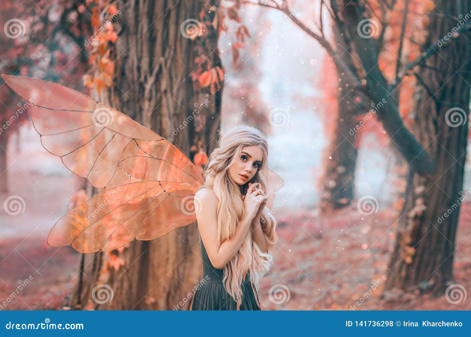 La foto brillante del verano con los rayos brillantes del sol, hada misteriosa del bosque cayó en amor con el príncipe, muchacha