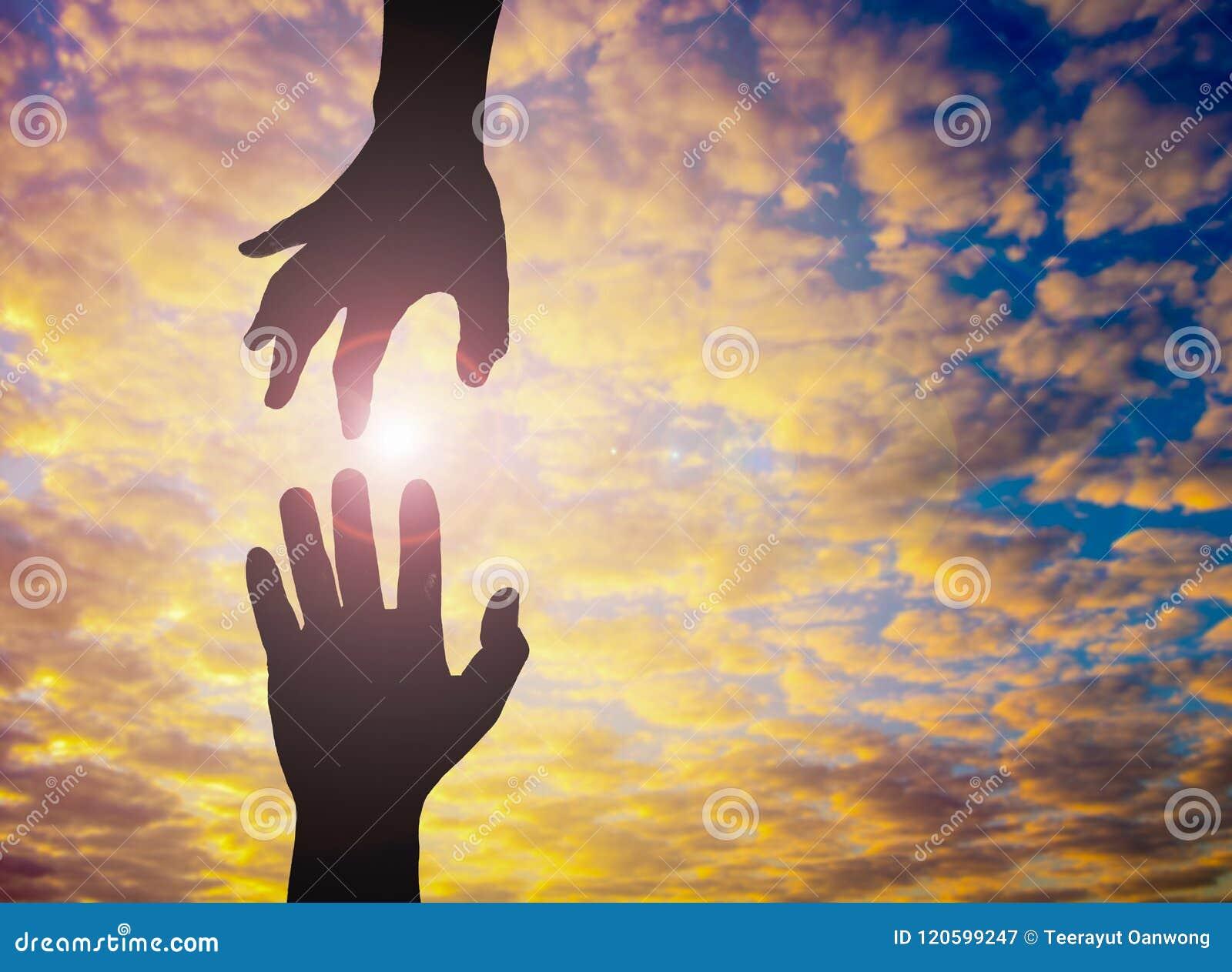 La foto de la silueta de mano a mano