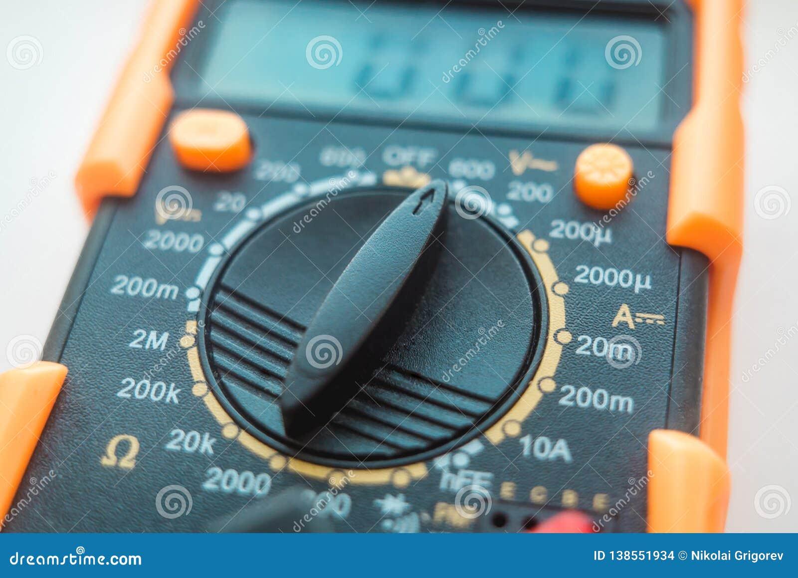 La foto del dispositivo para la medida de la corriente y la tensión de la electricidad