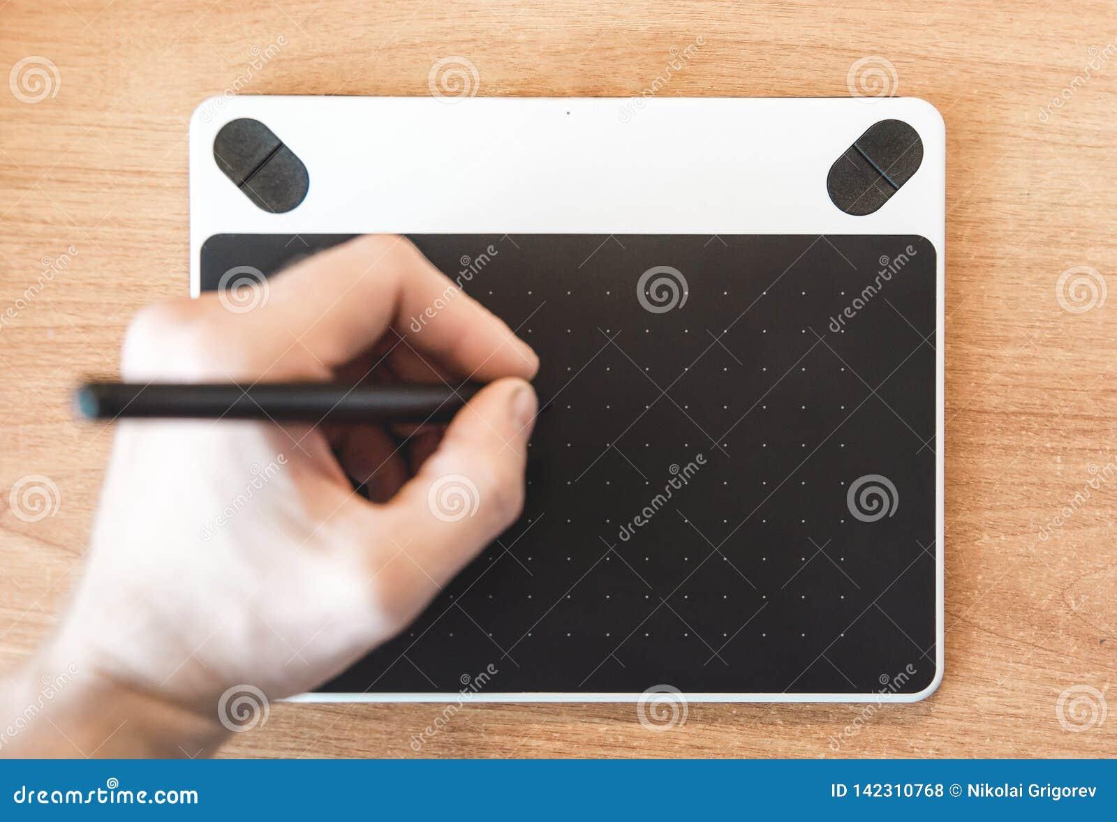 La foto della tavola del grafico su cui tiraggio una mano