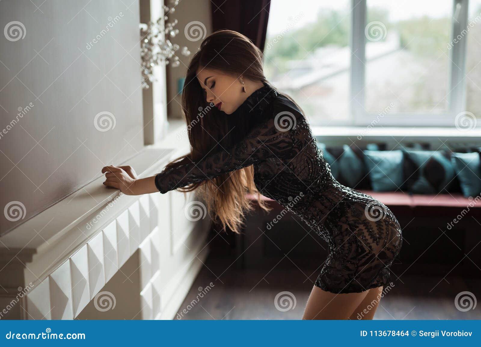 0cc8dd987584 La foto di modo di bella signora si è vestita nell uguagliare il vestito  nero dal pizzo Giovane donna che posa nel modo sensuale all interno  Immagine con ...