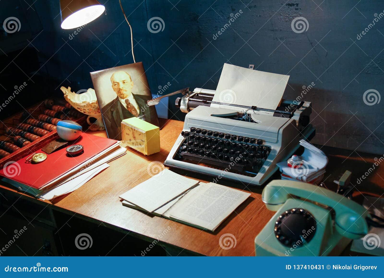 La foto di un posto di lavoro ai tempi dell URSS
