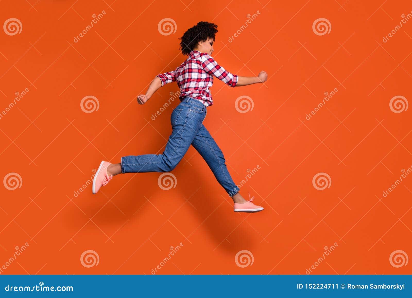 La foto laterale integrale del salto dello sconto di compera di vendita di funzionamento atletico alto di signora porta la camici