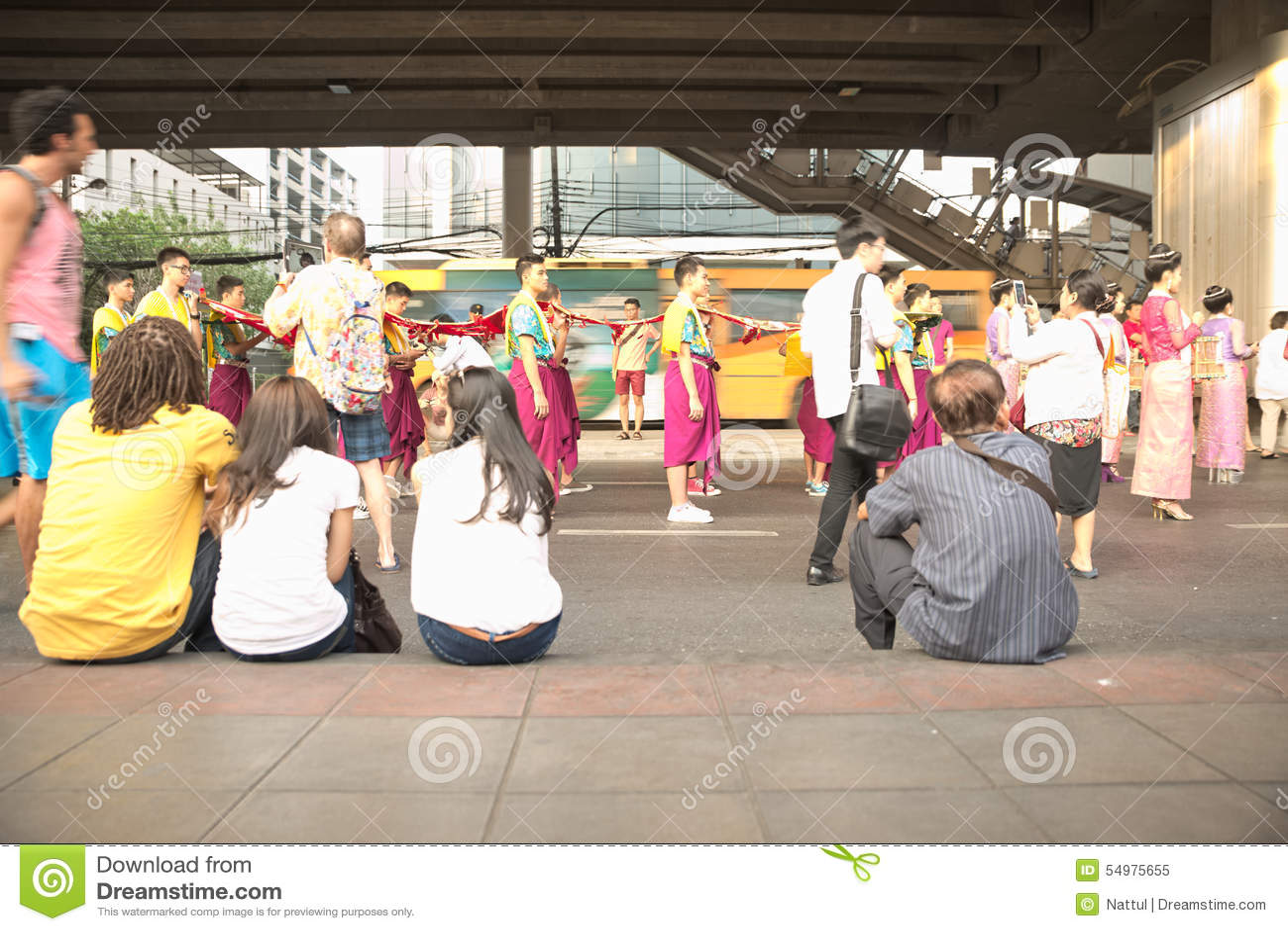 La foule s asseyent sur l événement de observation d allée piétonnière