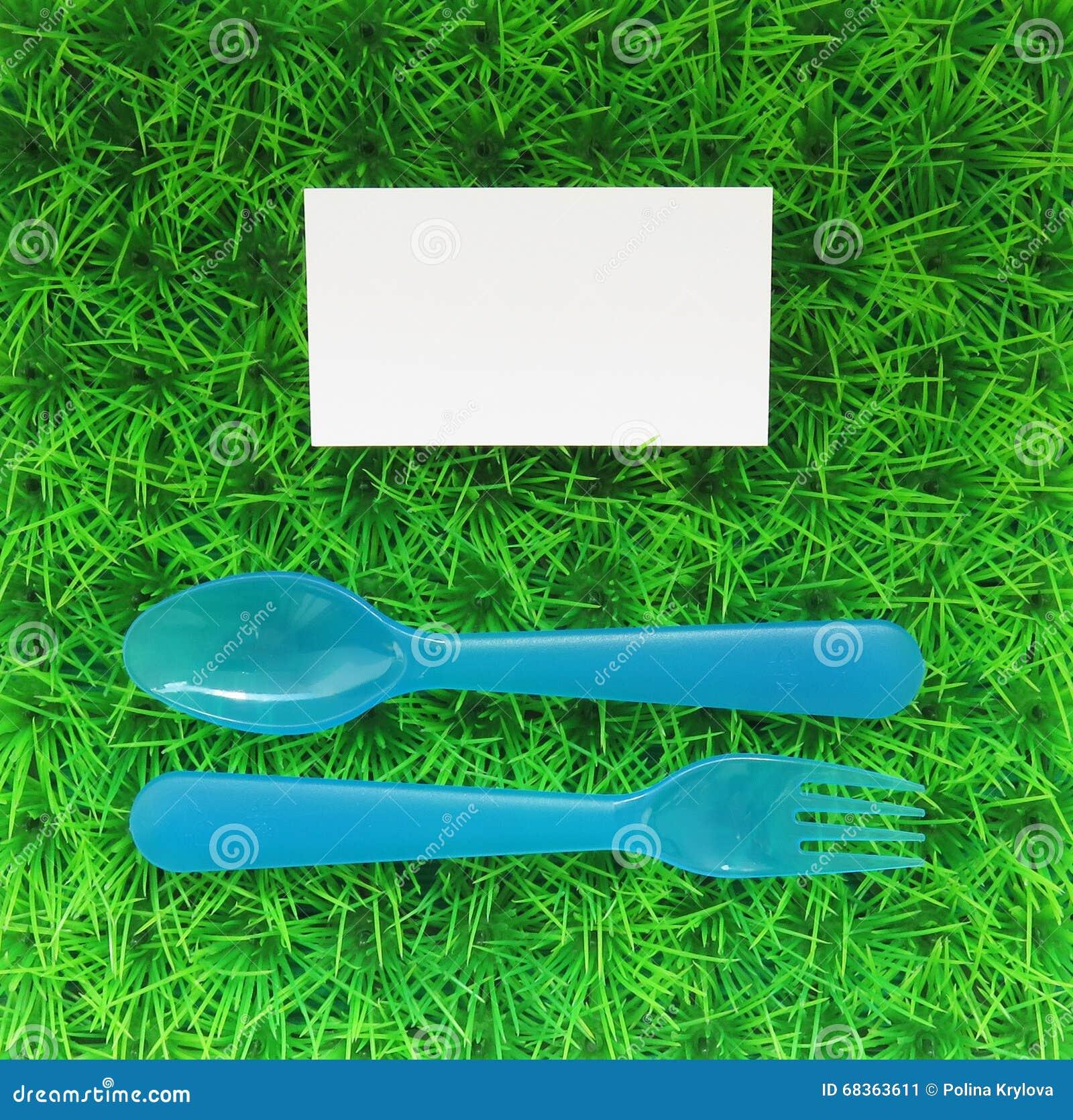 Download La Fourchette Et Cuillre En Plastique Sur Une Pelouse Verte Avec Carte De